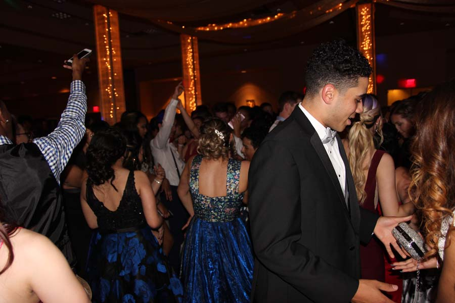 Students+dancing+at+prom+