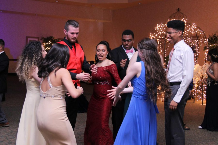 Students+dance+at+prom+which+was+held+at+the+Courtyard+Marriott+on++April%2C+13.+